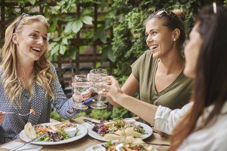 alimentos y bebidas: Celebraci�n de la reuni�n con los mejores amigos