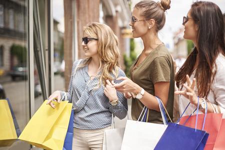 shopping: bộ sưu tập mới trong các cửa hàng là tuyệt vời!