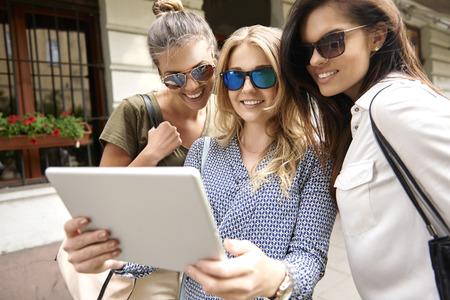 mujer alegre: Las señoras le gusta mantenerse en la conexión en línea