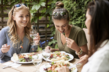 comidas: Reunión de las niñas en el restaurante de moda Foto de archivo