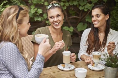 mujer tomando cafe: Yo siempre encuentro tiempo para mis amigos