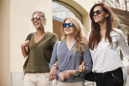 Groep van meisjes in de stad