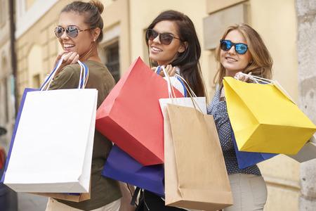 Dames houden om samen te winkelen Stockfoto