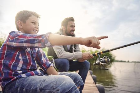 hombre pescando: Mirada pap�! Hay un pez grande! Foto de archivo