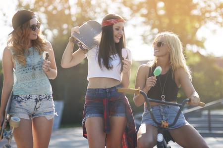 niñas sonriendo: Esas chicas siempre se mantienen juntos como los mejores amigos