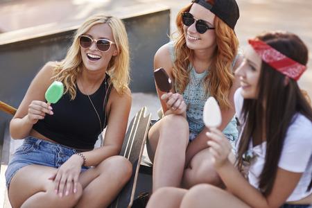 personas comiendo: Skatepark es el mejor lugar para pasar tiempo con los amigos