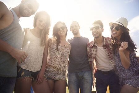 tomando alcohol: Gran tiempo con mis amigos en el verano Foto de archivo