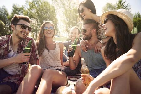 juventud: Refrescante cerveza en el camping con los amigos Foto de archivo