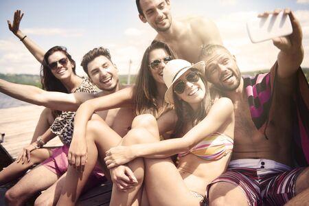 summer: Amigos que toman un selfie en la playa