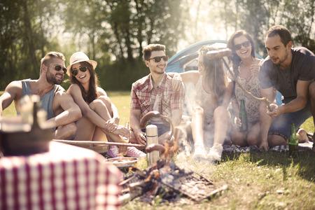 parrillero: Hoguera en el verano es una buena idea Foto de archivo