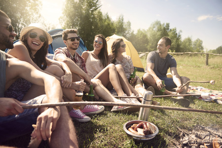 saucisse: Les jeunes ayant un camping Banque d'images