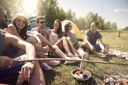 embutidos: Los jóvenes que tienen un camping Foto de archivo