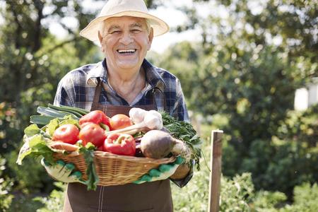 hombre con sombrero: Verduras frescas Foto de archivo