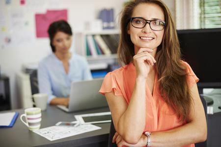 ejecutivo en oficina: Mujer profesional que trabaja en la oficina