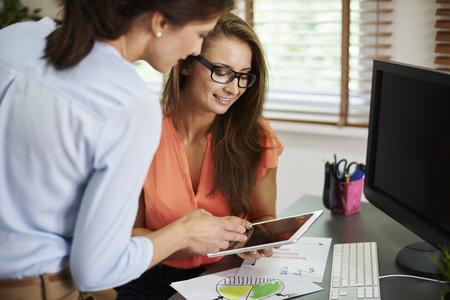 mujer trabajadora: tableta digital siempre es �til en el trabajo