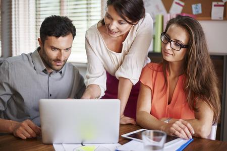 personas trabajando en oficina: La cooperación es esencial para un buen negocio
