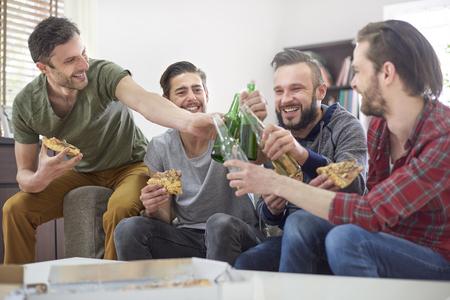 gente sentada: Vamos a beber por la noche s�lo para hombres Foto de archivo