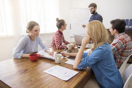 rentable: Las buenas relaciones entre compa�eros de trabajo hacen rentable Foto de archivo