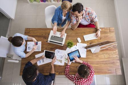 Hardwerkende team op hun kantoor tafel