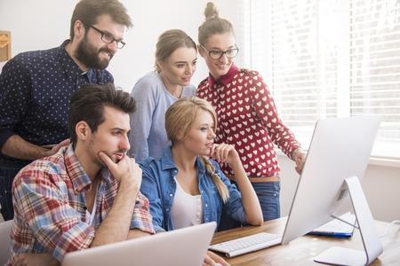 trabajo oficina: pensativo trabajadores que hacen su trabajo muy bien
