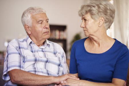 personas ayudando: Escena tranquila del matrimonio de alto nivel