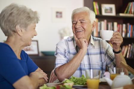 persona mayor: Taza de buen café y un delicioso desayuno