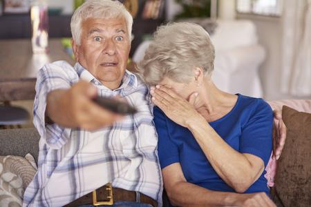 tv: Senior couple à regarder un film d'horreur à la télévision Banque d'images