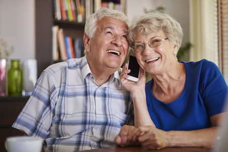 personas hablando: Ellos están al día con la tecnología