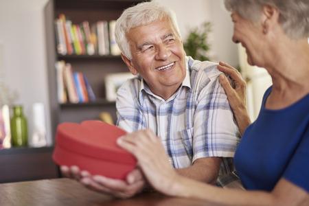 expresiones faciales: El marido dando un heartshape presente a su esposa Foto de archivo