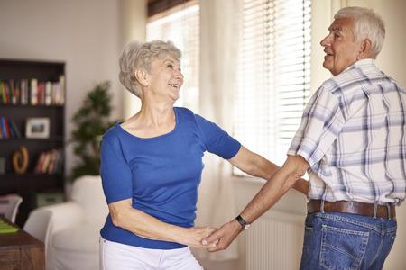 pareja bailando: Nunca es demasiado tarde para aprender a bailar