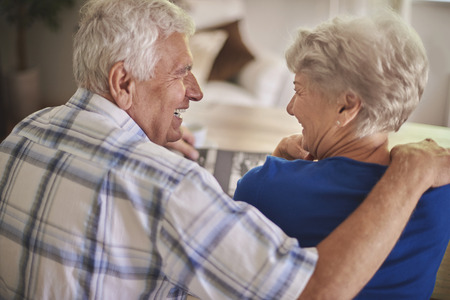 Senior couple se souvient bon vieux temps
