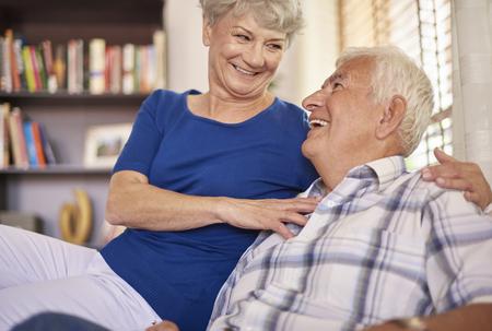 personas sentadas: Su amor puede soportar todo Foto de archivo