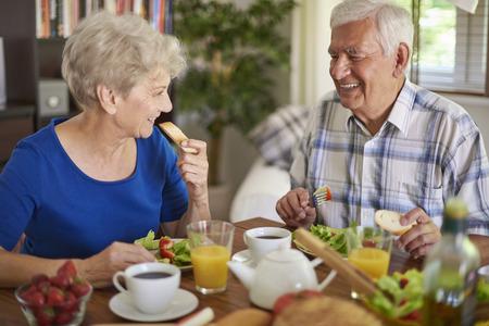 personas comiendo: Buen compañero hace que este desayuno es más sabrosa