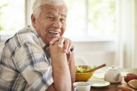 Hombre mayor que se relaja después del desayuno Foto de archivo - 44526315