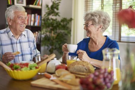 Resultado de imagen para pareja mayores comiendo
