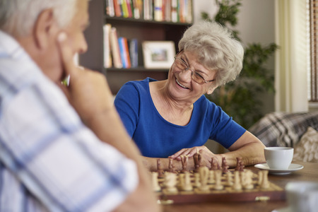 jugando ajedrez: Jugar ajedrez es una buena manera de relajarse Foto de archivo