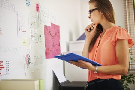 mujer pensativa: Negocio requiere mucha creatividad