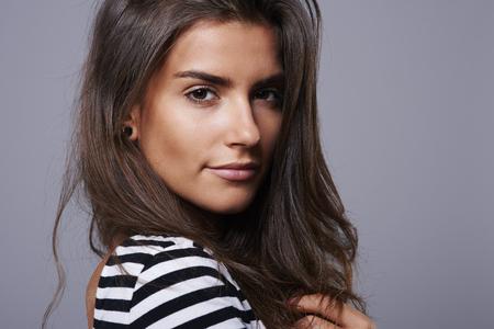 mujer pensativa: Chica con grandes ojos marrones y hipnotizar