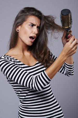 mujeres morenas: Sensación muy incómoda cuando no se puede cepillar tu cabello Foto de archivo