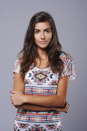 pelo largo: Tiro del estudio de fotograf�a de mujer joven