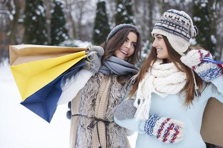resfriado: Incluso el clima fr�o no nos discourge de las tiendas Foto de archivo