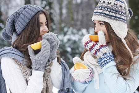comiendo frutas: Necesitamos vitaminas en el invierno