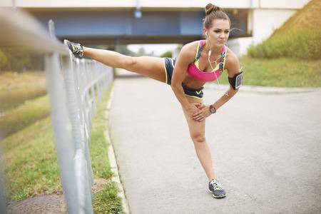 piernas mujer: Buen estiramiento es la base de la formación