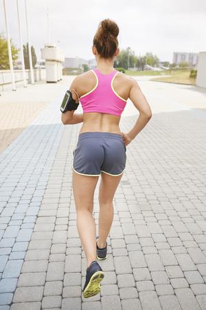 mujeres de espalda: Encontrar el objetivo es crucial para trotar Foto de archivo