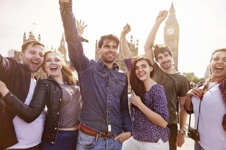 personas mirando: Grupo de los mejores amigos en Londres