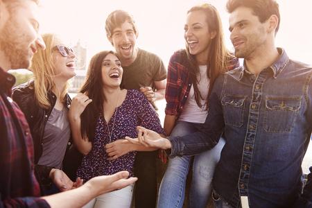 Grupp människor tillbringar glada tid tillsammans Stockfoto