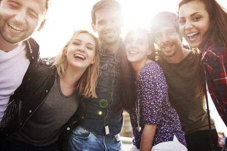 Vrienden tijd doorbrengen tijdens een dergelijke zonnige dag Stockfoto