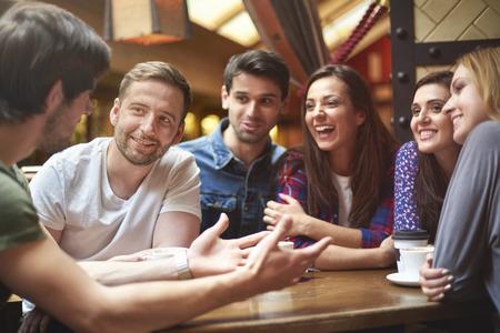 personas mirando: Buen descanso significa buena compa��a y un buen caf� Foto de archivo