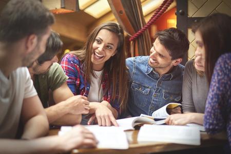 Student sdílet své znalosti se svými kolegy