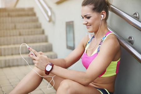 muscle training: Frau in Sportkleidung ruht auf den Stufen